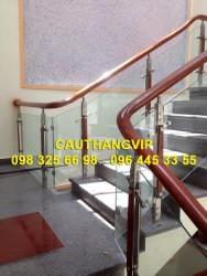 Cầu thang kính tay vịn gỗ VIP K01